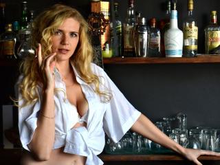 NikkiWonder sexy webcam performer
